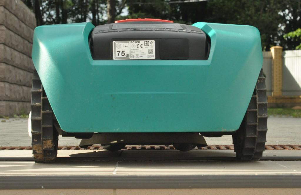 """Фото 3.3.2 Bosch indego имеет вполне современные, но очень """"дышащие"""" в руках формы при переносе робота"""