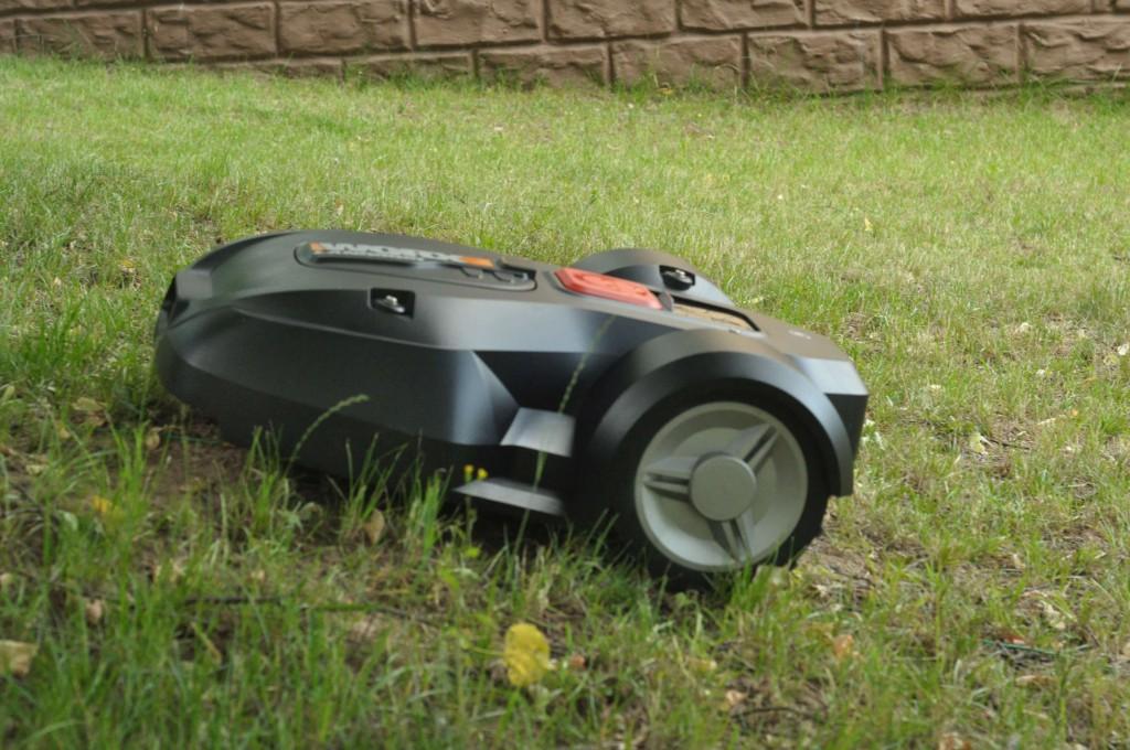 Фото 6.2.3. Благодаря большим и цепким колесам, а также мощным двигателям, Worx совершенно не обращает внимание на уклоны и перемещается точно также как по горизонтальной поверхности