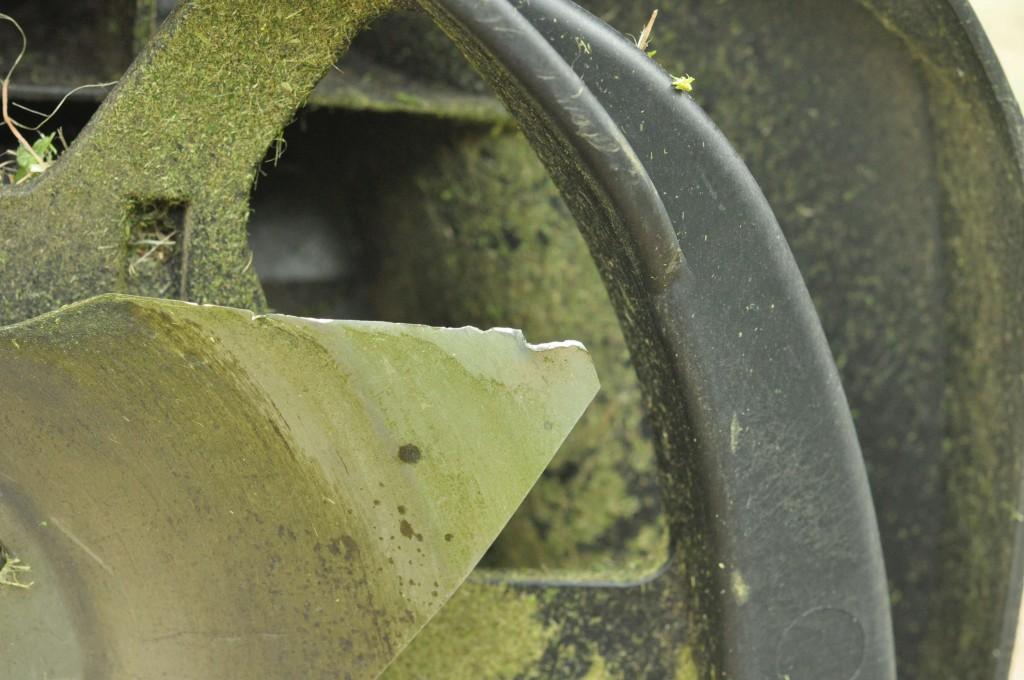 Фото 6.3.2. Последствия встречи ножа Robomow со щебнем