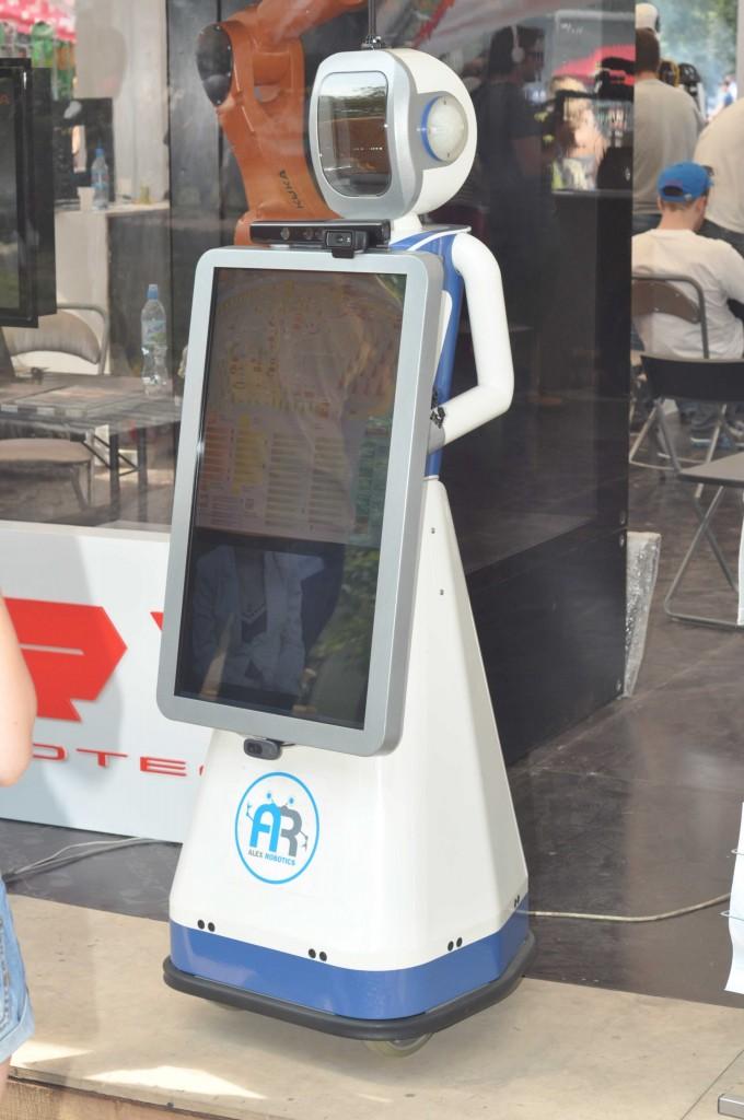 Робот даша с сенсорным экраном