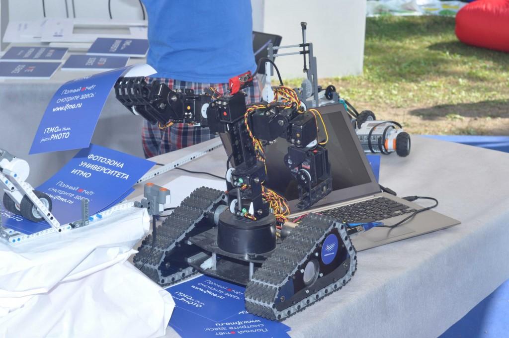 Стенд ИТМО - робот раздает листовки