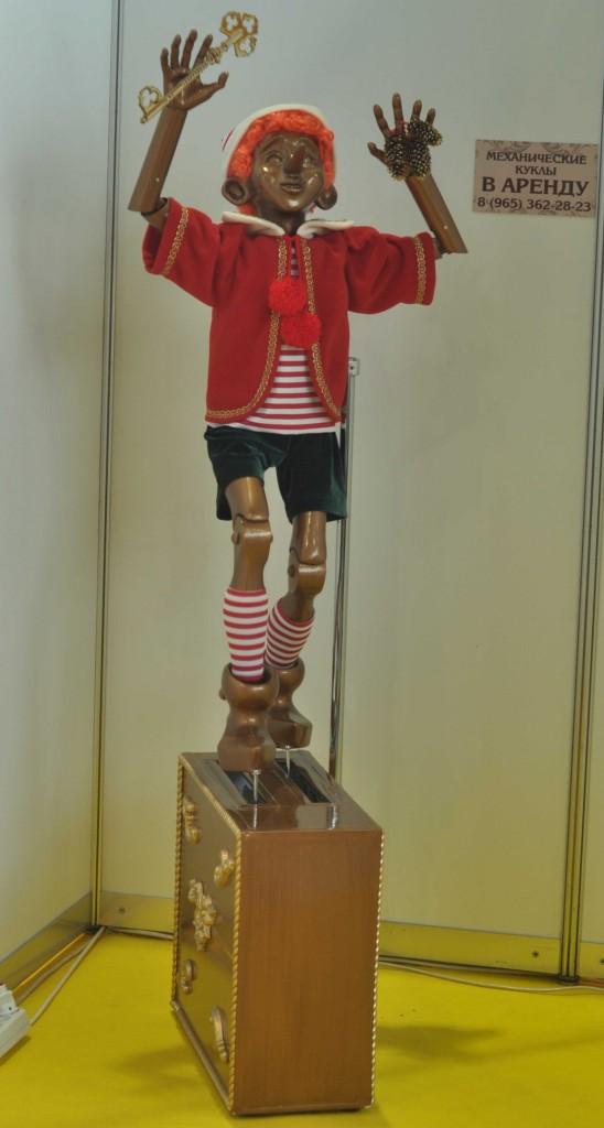 """Немалый интерес вызывали движущиеся куклы, выполенные в """"форм-факторе"""" Буратино."""