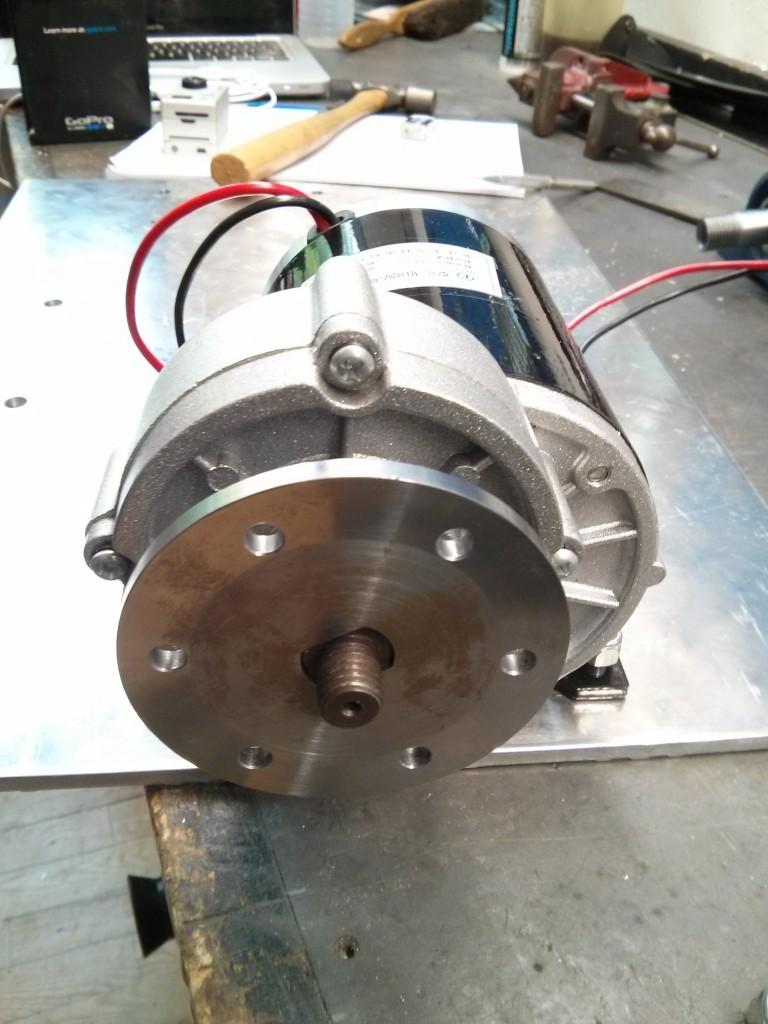 Мотор с втулкой для крепления колеса
