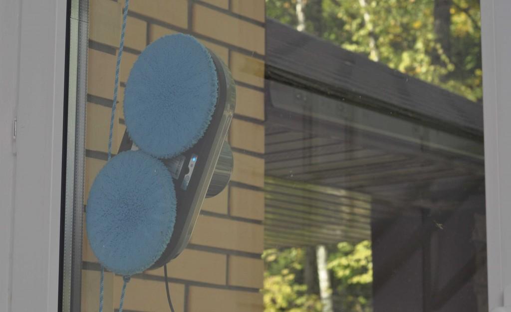 Тайваньский робот играючись вычистил до блеска окно, не потребовав от владельца никаких усилий.