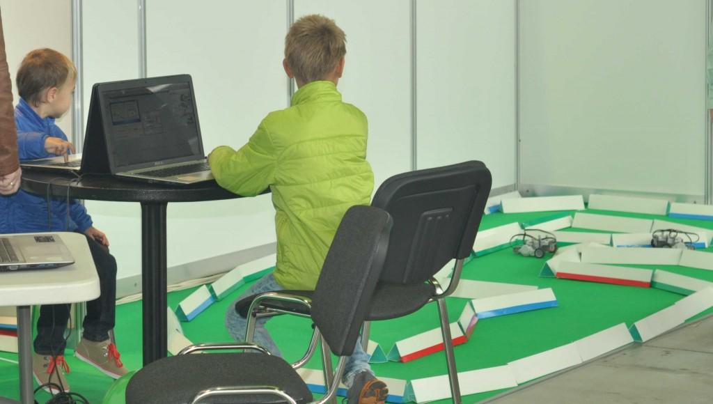 Различные робототехнические кружки и образовательные центры предлагали прямо на фестивале собрать своих первых роботов и поуправлять ими на специально подготовленной трассе.