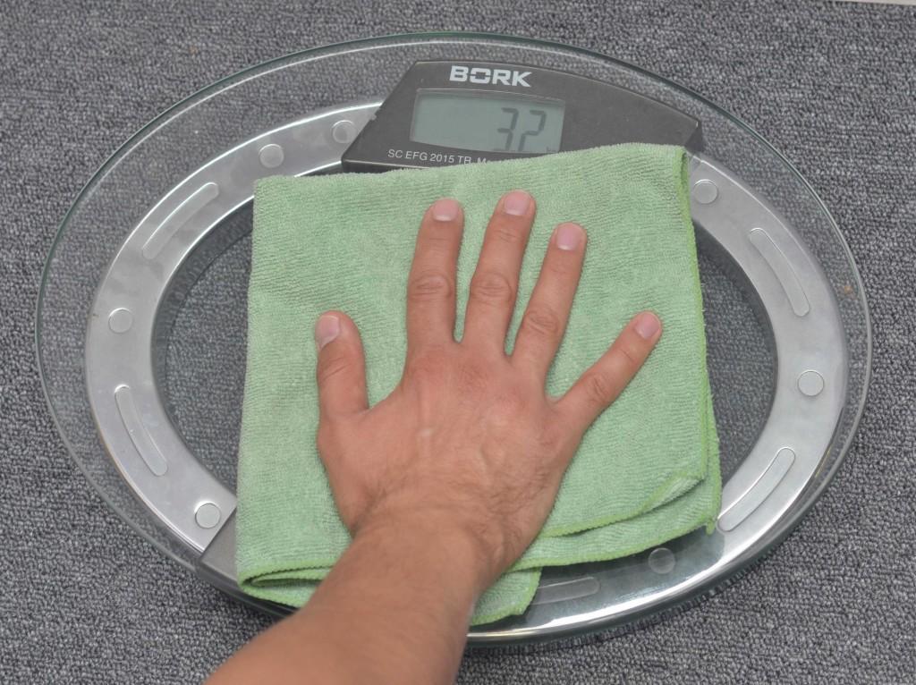 Усилие, создаваемое человеком измерялось с помощью напольных весов. При протирке стеклянной площадки фиксировались средние значения.