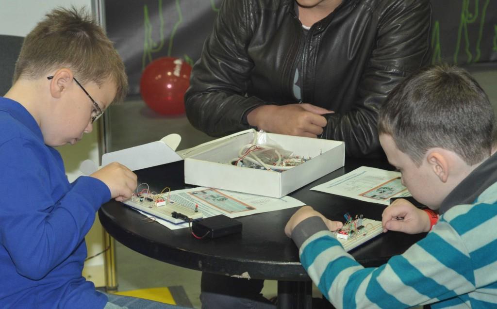 здесь же все желающие могли получить первые навыки по сборке схем на макетной плате в рамках мастер-классов.