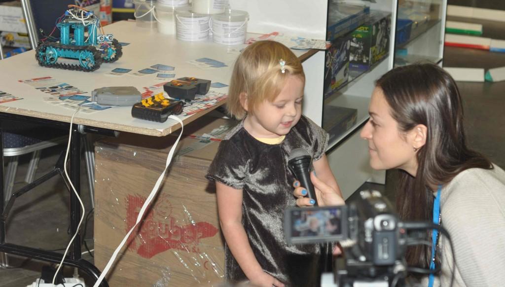 Дети в восторге от возможностей поуправлять роботами-игрушками, о чем искренне рассказывают представителям прессы.