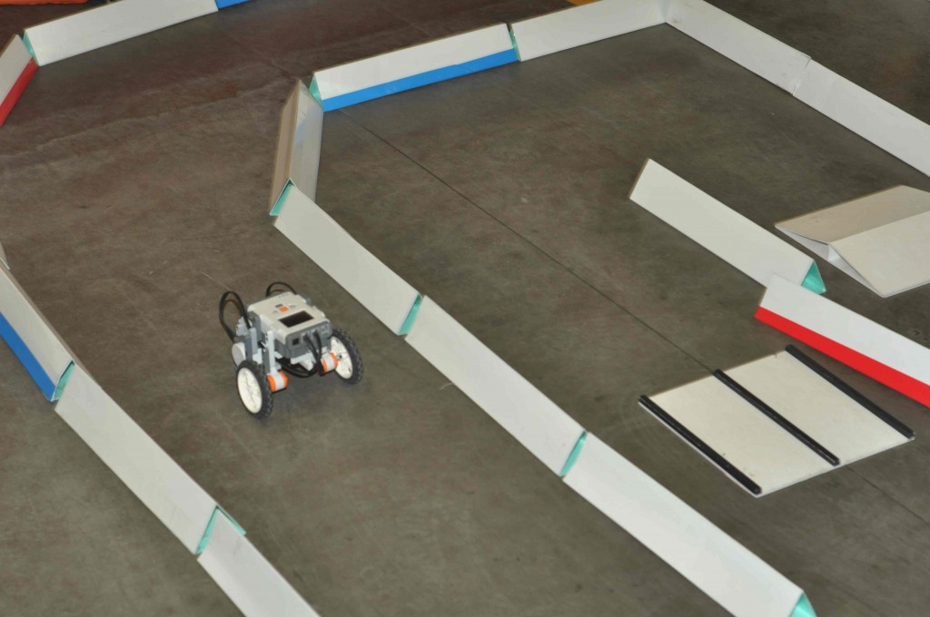 В выходные дни представлены робототехнические кружки, предлагающие поучаствовать в робогонках на импровизированной трассе.