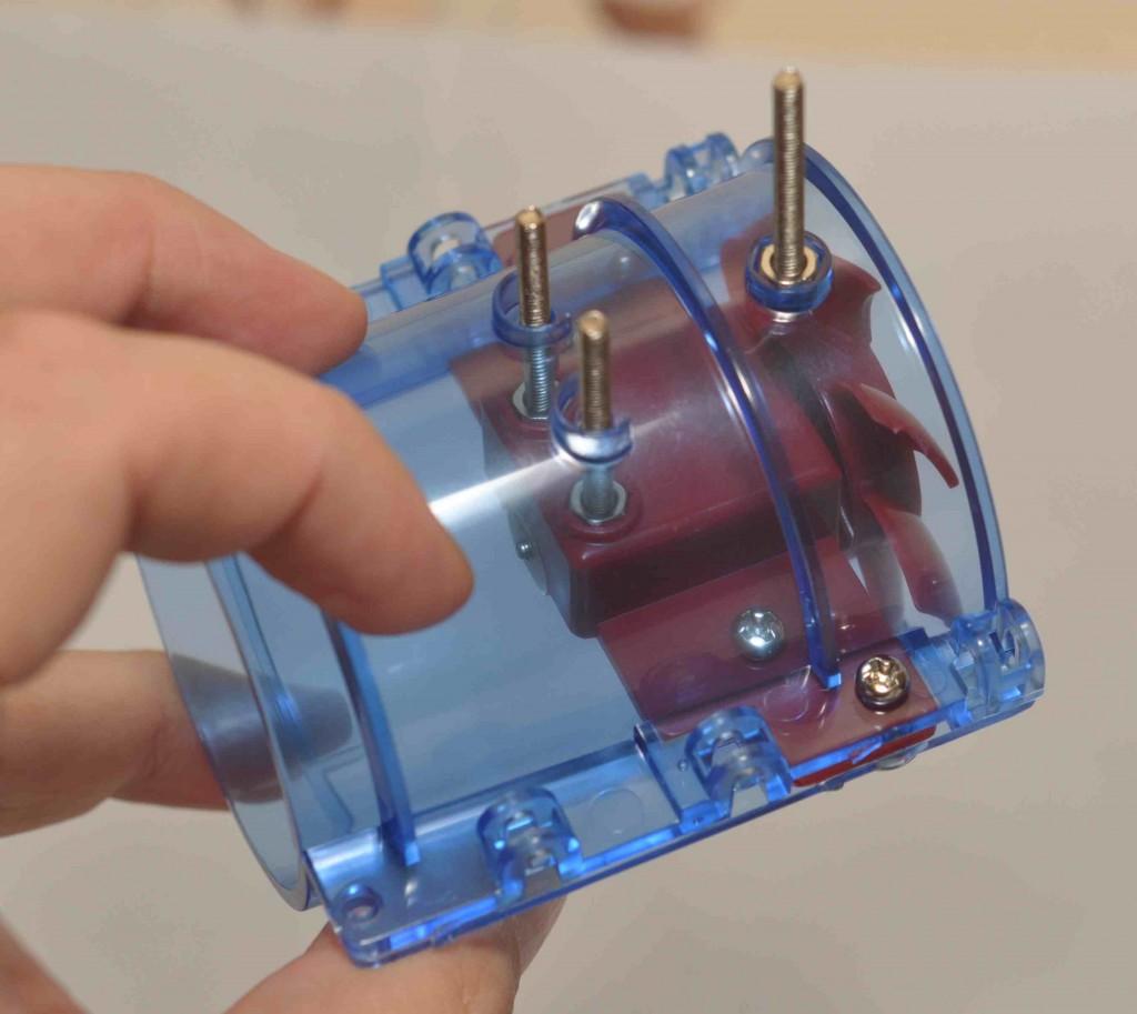 И крепим данный узел в задней части корпуса робота.