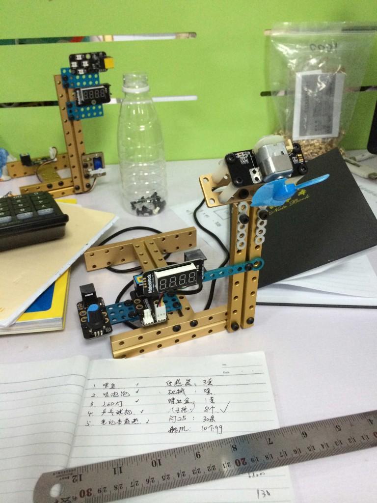 Загадочная конструкция с вентилятором и цифровым индикатором.