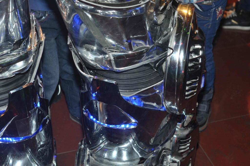 Попытки заглянуть внутрь Роботрона ни к чему не привели. Конструкция надежно упрятана под кожухами.