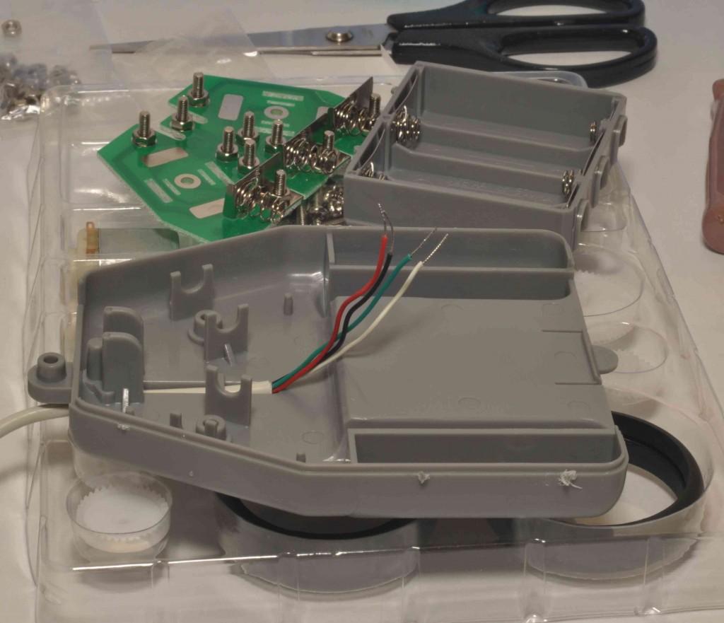Через нижнюю часть корпуса пульта управления продеваем соединительный провод.
