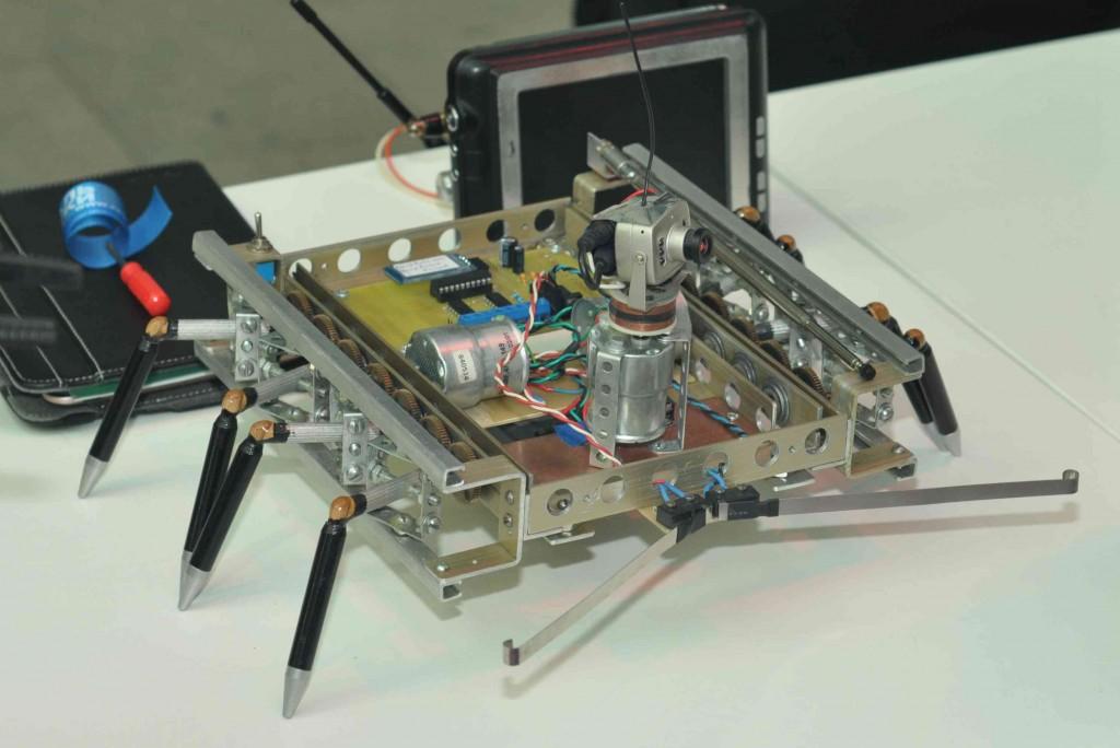 И это результат творчества юного изобретателя. Восьминогий робот с камерой, транслирующей видеоизображение на планшет.
