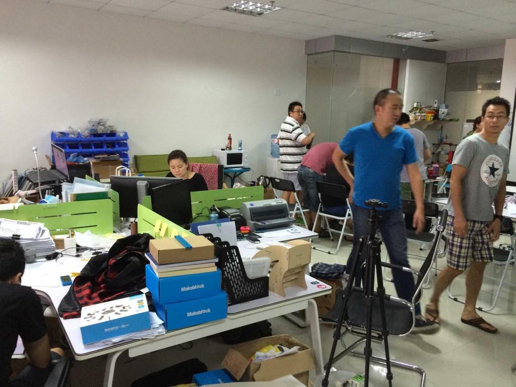 Еще одно офисное помещение с трудовой активностью.