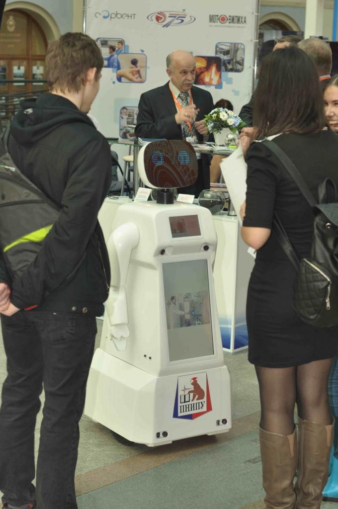 Роботы в том числе развлекали посетителей стихами и веселым общением.