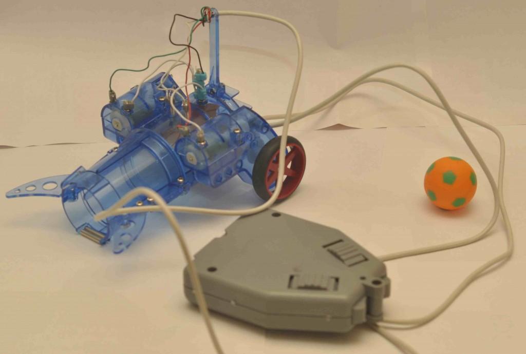 Осталось только соединить все провода с контактами в строгом соответствии со схемой, приведенной в инструкции и робот полностью готов к футбольным сражениям.