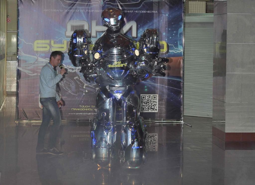 На закуску гвоздь программы - трехметровый в высоту робот Robotron.