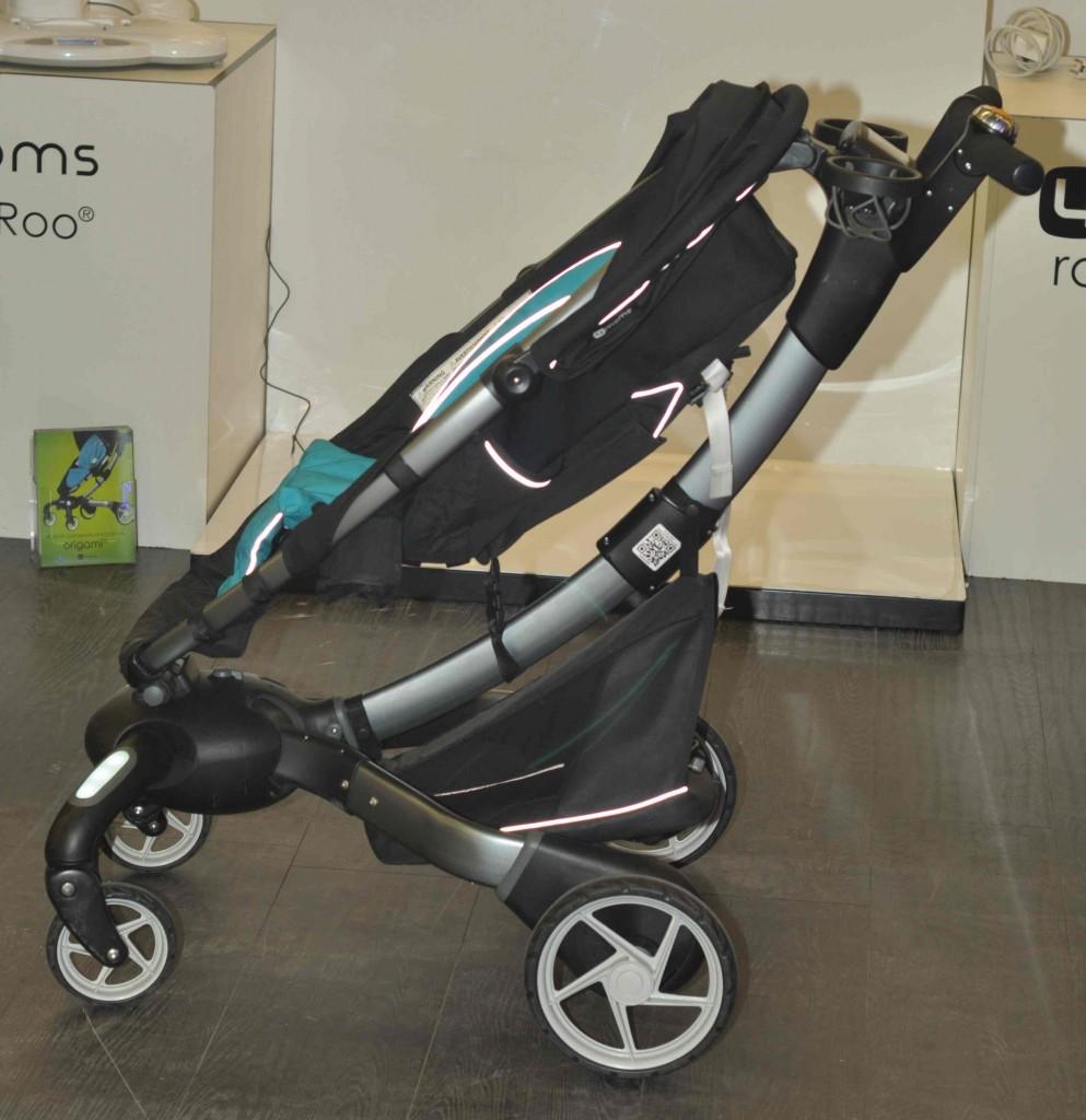 Одним из необычных и неожиданных экспонатов стала детская коляска с автоматическим складыванием. Путем нажатия кнопки на ручке она, жужжа сервоприводами самостоятельно превращается...