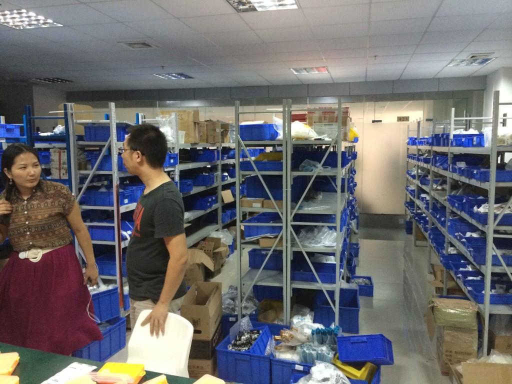 Склад готовой продукции по совместительству выполняет еще и функцию места для комплектации заказов со всего мира.