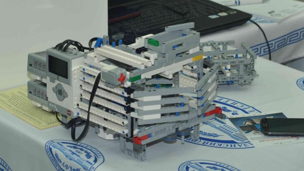 Не забыты и поделки из Лего. Например, демонстрировался сортировщик шариков по цвету.