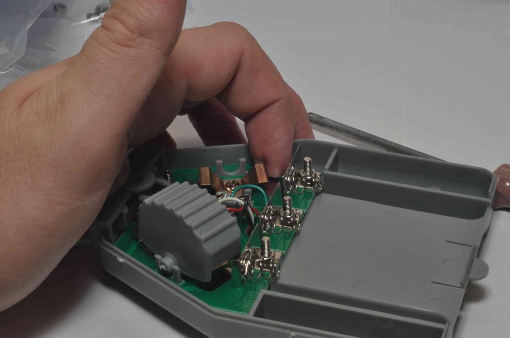 Затем устанавливаем клавиши управления, не забыв подогнуть пластинки для лучшей информативности нажима в будущем.