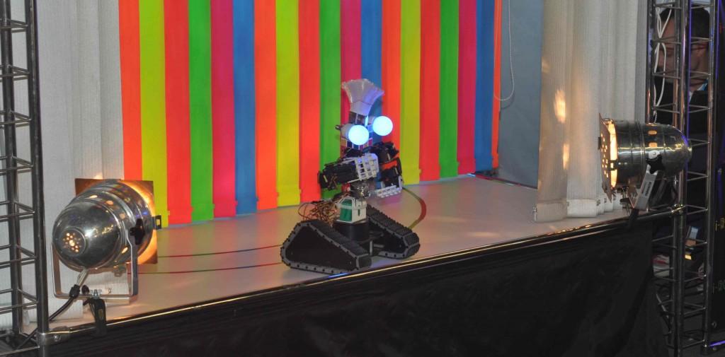 Ну и какой фестиваль без шоу-программы? Уникальное в своем роде i-robotshow демонстрирует танцевальные номера в исполнении роботов. В кадре ведущий шоу.