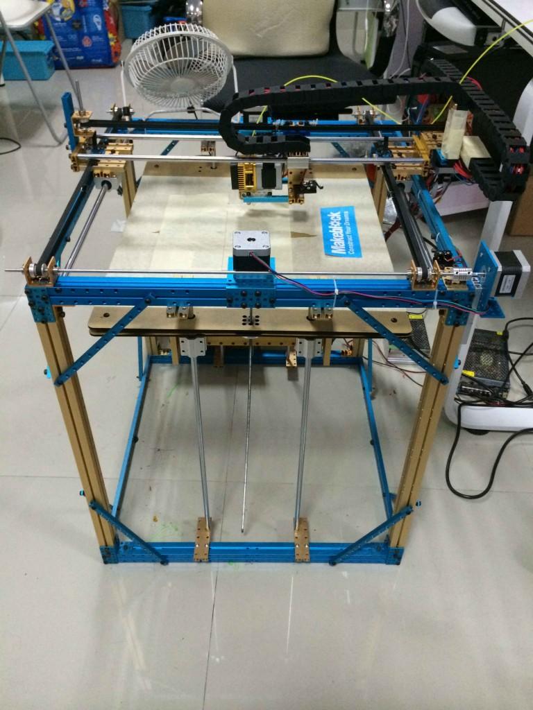 ... вот в такой агрегат. На самом деле на фото запечатлен напольный вариант XY-плоттера, который вполне может размещаться и на столе.