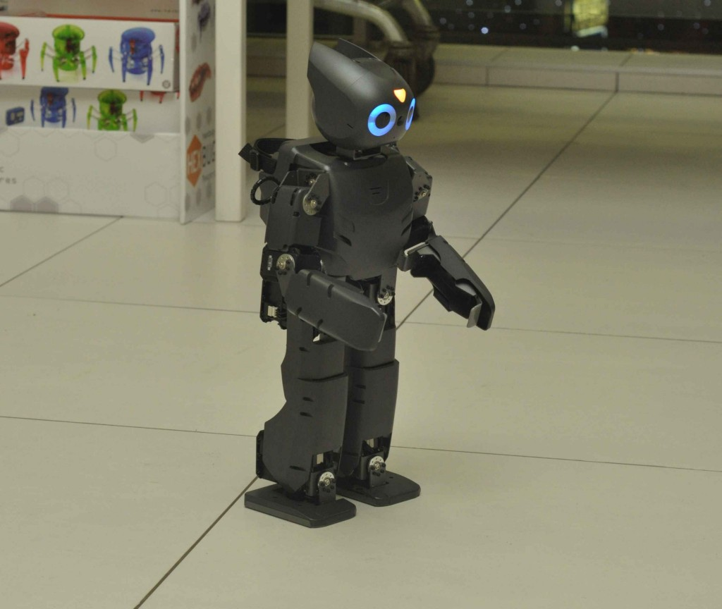 Где еще, как ни в Гагаринском можно было увидеть корейского робота с претензией на зачатки искусственного интеллекта. Дарвин обладает двойной <a href=