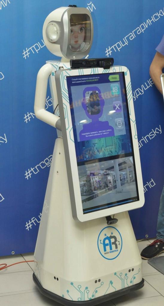 А вот робот Даша демонстрировал куда более выдающиеся способности. Он по определению интерактивный, да еще и выполняет команды людей. Да и просто с ней можно уже поговорить, хоть и в упрощенной форме. Мы о ней уже писали ранее (правда ту модификацию звали Аленка) и убедились, что проект продолжает активно развиваться.