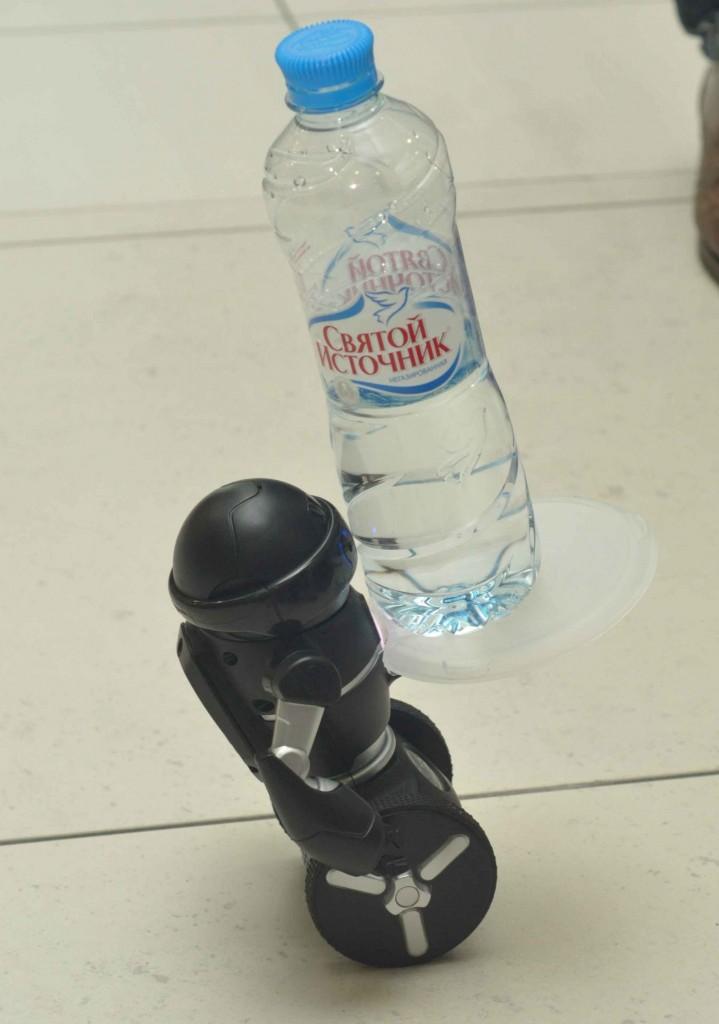И даже балансировать с бутылкой воды, а также управляться со смартфона или планшета.