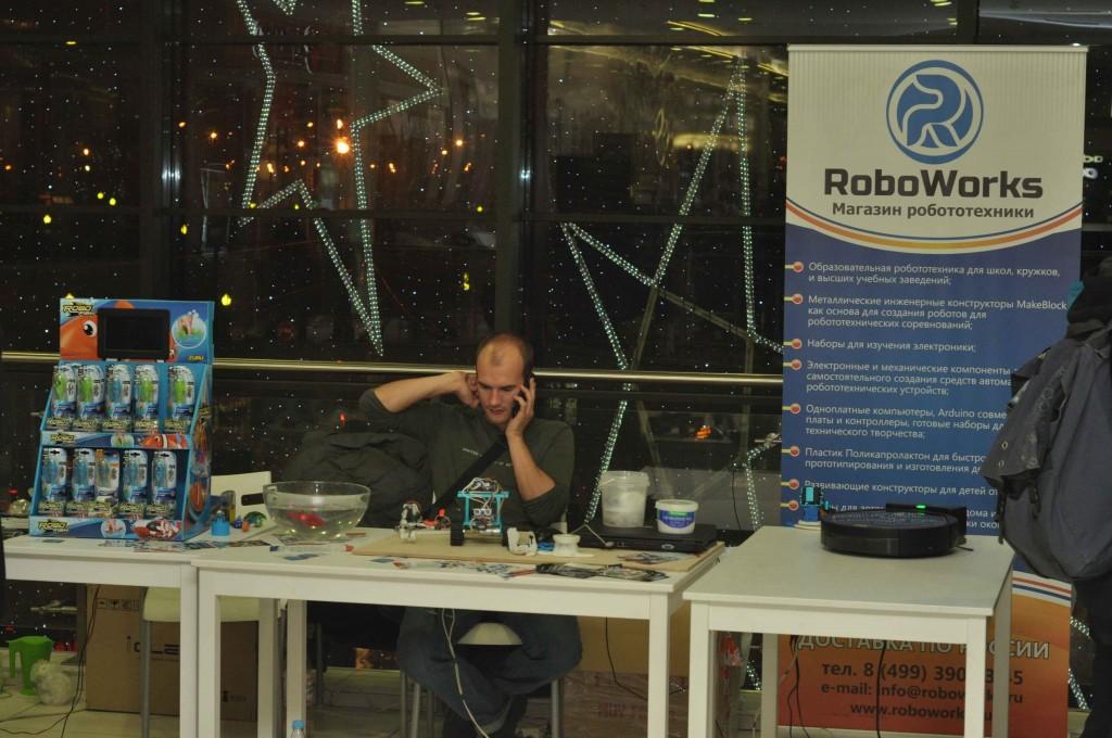 """Тут же по соседству предлагались и всякие разные робототехнические """"штучки"""" как для самостоятельной сборки хобби-роботов, так и для таких вполне серьезных вещей как автоматизированные уборка в доме или мойка окон."""