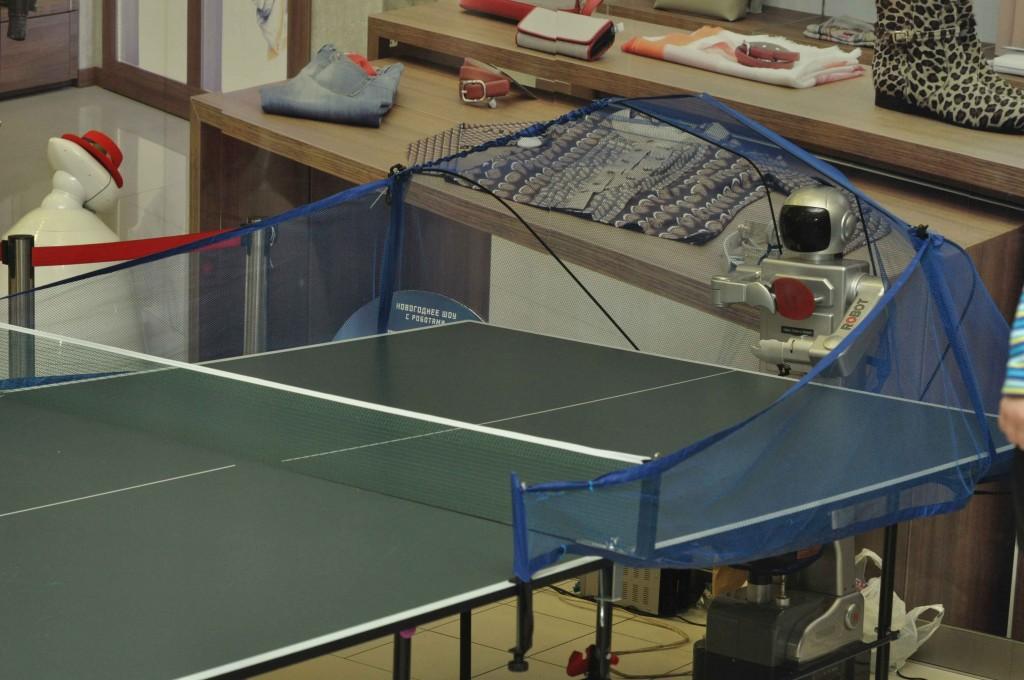 Любителей настольного тенниса ждал поединок с роботом-теннисистом.