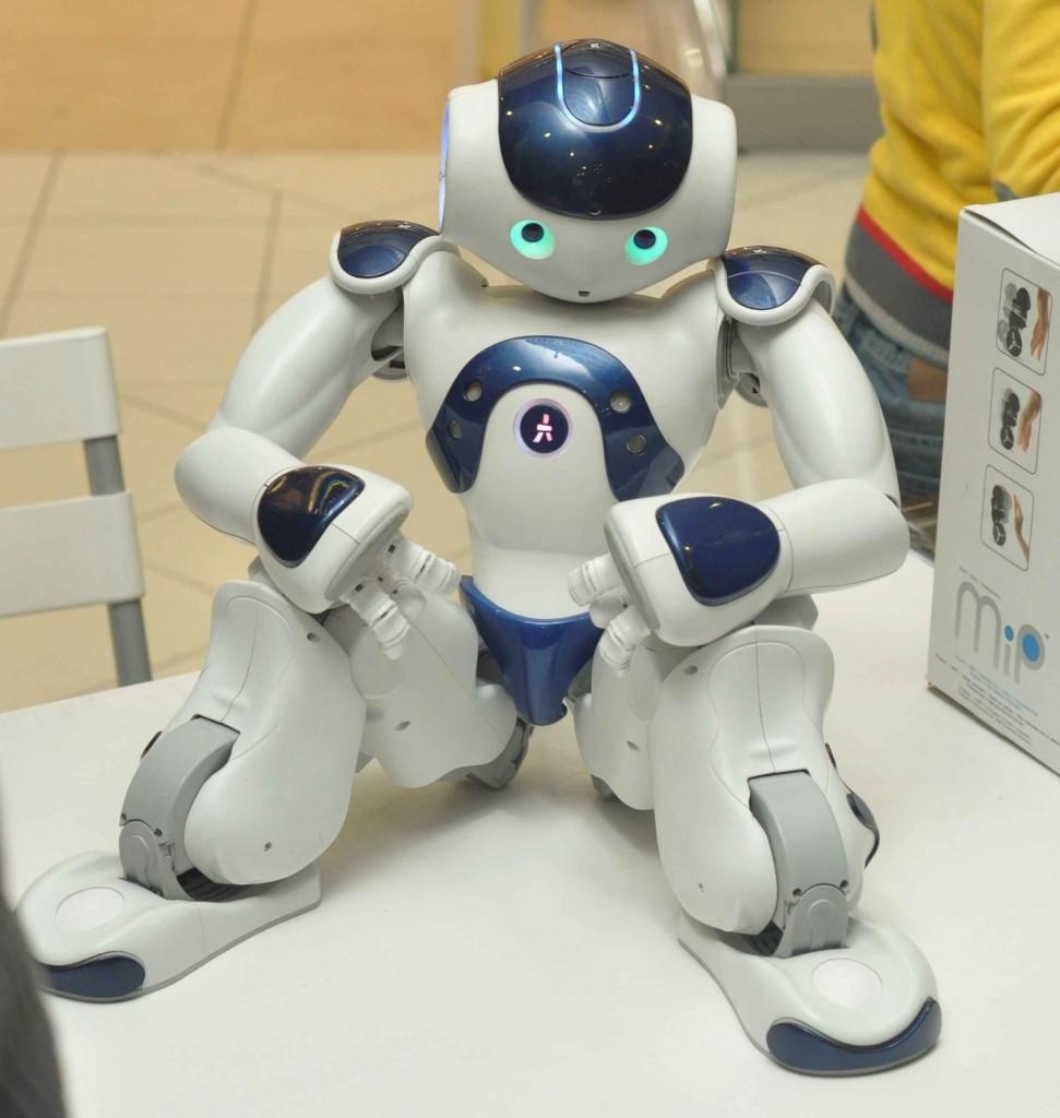 Французским аналогом Дарвина является робот Нао. Он обладает почти тем же умениями. На соревнованиях они частенько играют друг с другом в футбол.