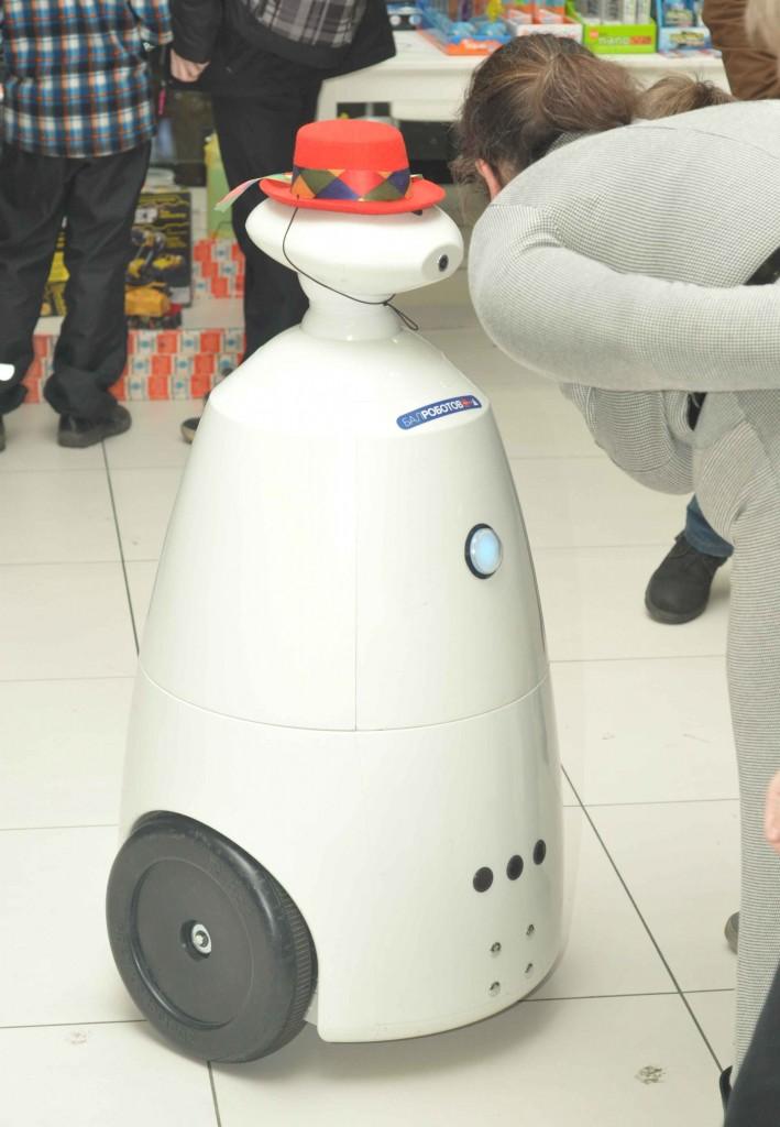 Роботы телеприсутствия тоже не остались в стороне. РБОТ традиционно катался и знакомился как с экспонатами выставки, так и с ее посетителями.