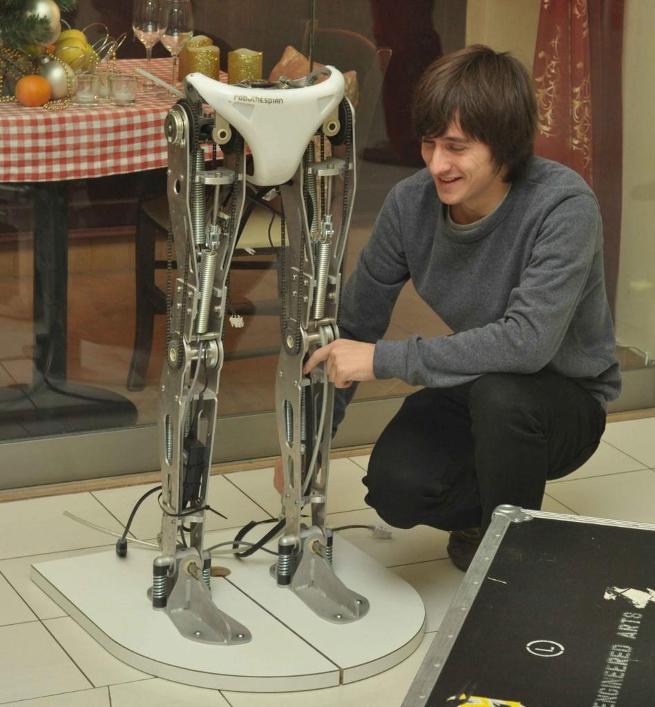 С чего начинается робот Теспиан? Пришел рано и узнал, что с ног. Удалось понаблюдать за его сборкой и запуском.
