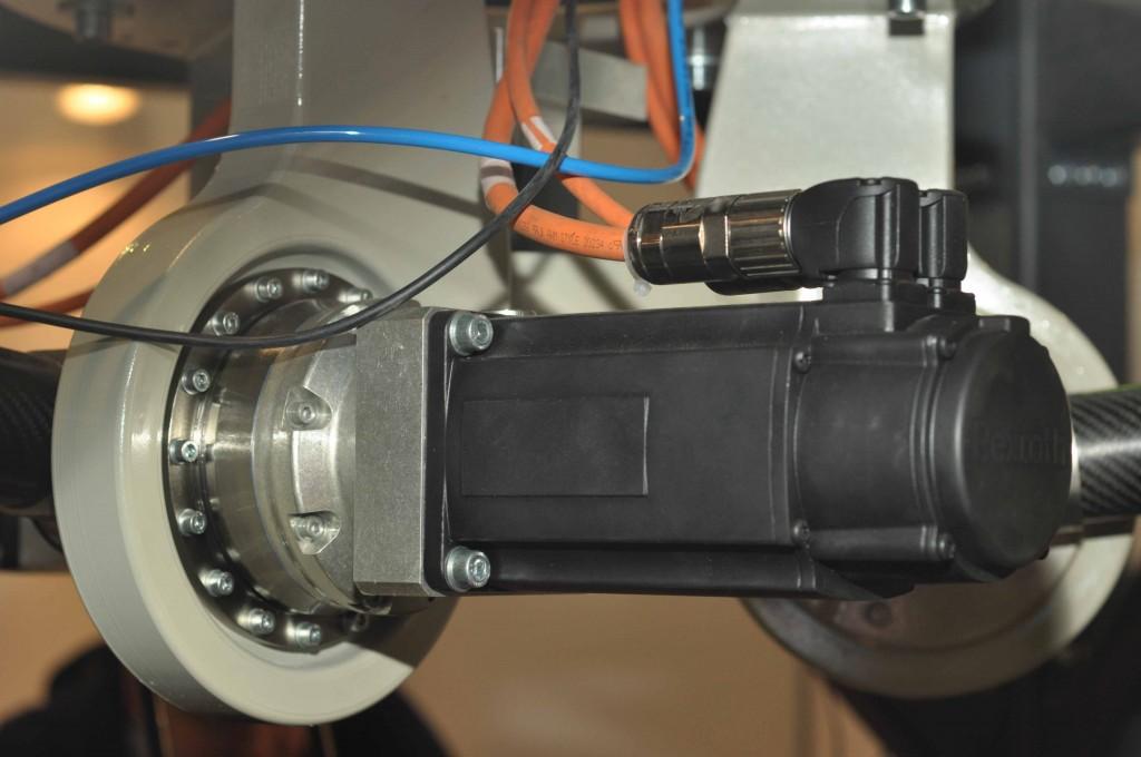 За обеспечение четких и быстрых движений робота отвечают высококачественные электродвигатели известной компании Rexroth.
