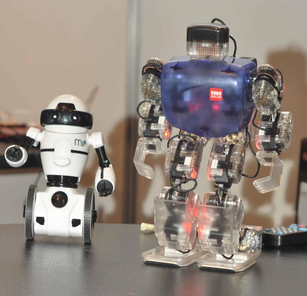 NAO поддерживали два друга: андроид Robobuilder и балансирующий робот MIP.