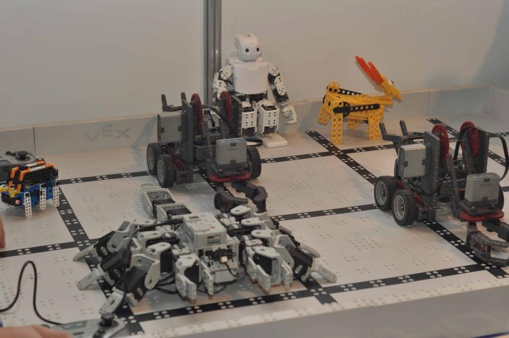 Дистрибьюторы ведущих мировых компаний по производству серьезной образовательной робототехники не обошли вниманием выставку. Посетители могли увидеть демонстрационные образцы устройств, собранные из конструкторов, производства Robotis и VEX.