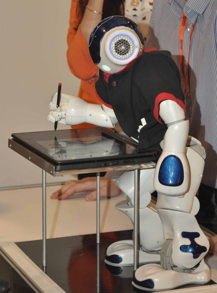 Продолжая образовательную робототехническую тему нельзя не упомянуть NAO, который в рамках экспериментов в образовательных учреждениях становится все умнее и умнее. На мероприятии он уже умел пользоваться планшетом.