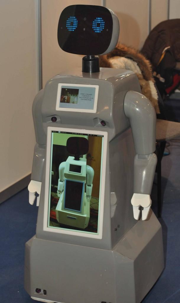 Одна из тенденций развития современной робототехники является создание всевозможных роботов телеприсутствия. Они относительно просты в разработке и в тоже время достаточно функциональны, особенно в промо направлении бизнеса. Поэтому на выставке их можно было встретить в разных проявлениях. Например в таком.