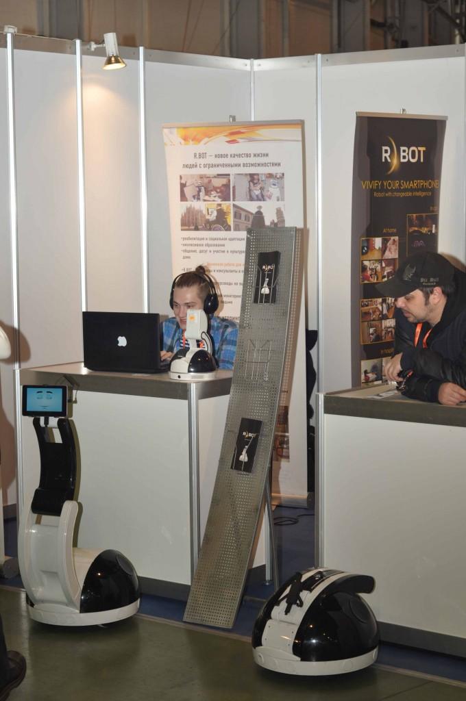 Правда, увидеть сам стенд данной компании можно только на крупнейших мероприятиях, к которым без всяких допущений относится Robotics Expo. И здесь же было возможно понаблюдать за работой операторов, развлекающих посетителей.