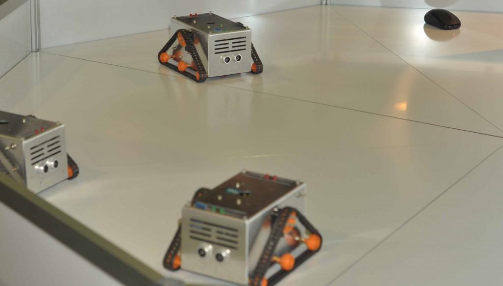 А в тандеме с данными манипуляторами демонстрировались возможности высокоуровнего языка программирования RCL, упрощающего управление всевозможными роботами, в том числе и целым роем вот таких.