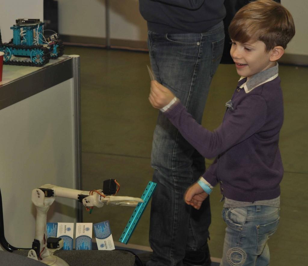"""А мастер-классы работы с конструктором проводил манипулятор по прозвищу """"клешня"""", созданный из пластика для ручной лепки."""