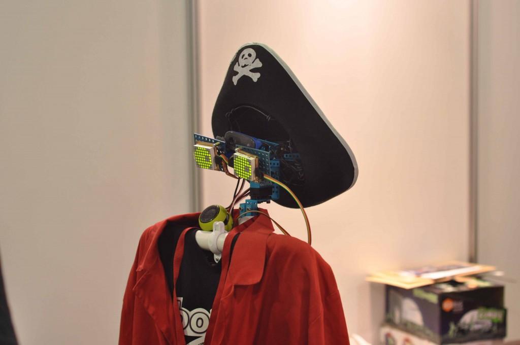 Робот пират строил глазки прохожим