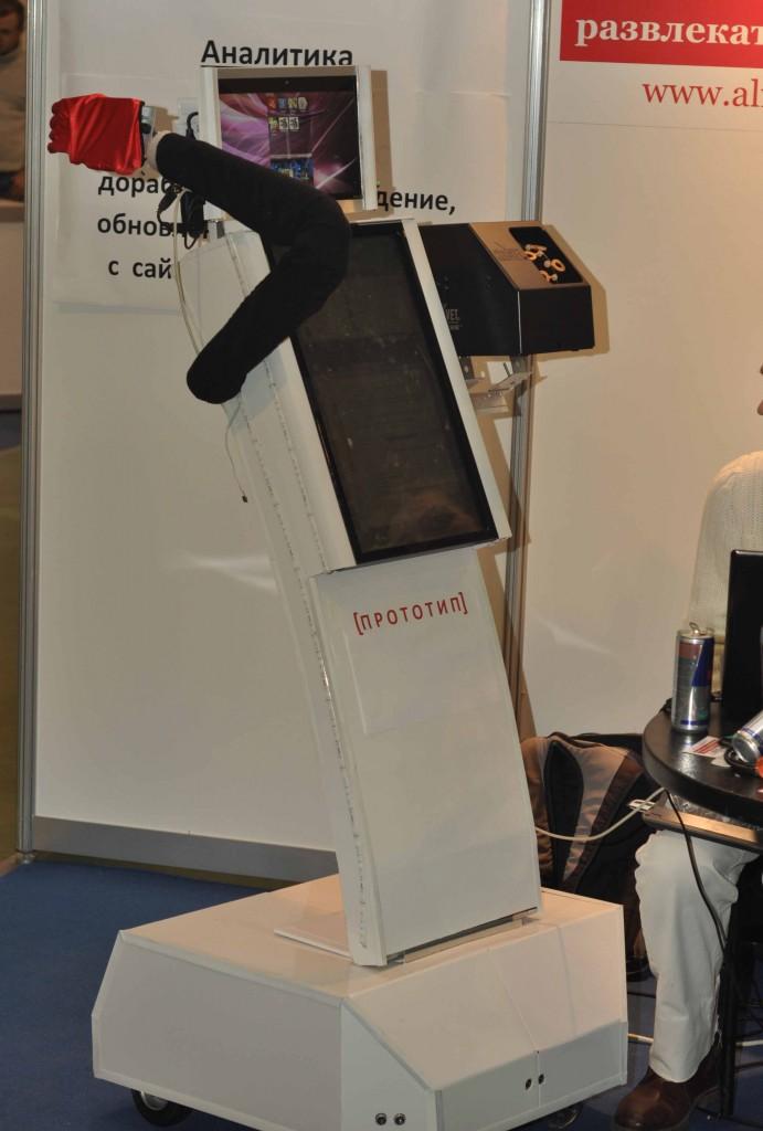 Или таком. Авторы проекта Alfa-robot активно использовали выставку для демонстрации своих наработок и поиска инвесторов для завершения проекта.