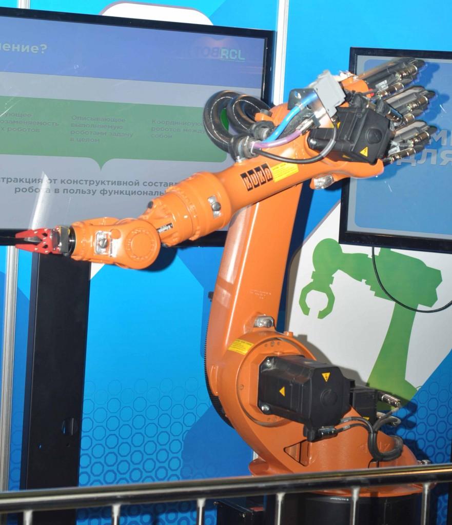 """Промышленная робототехника тоже становится доступной для обозрения всем и каждому. Роботы KUKA """"хвастались"""" очень плавной и вместе с тем динамичной работой."""