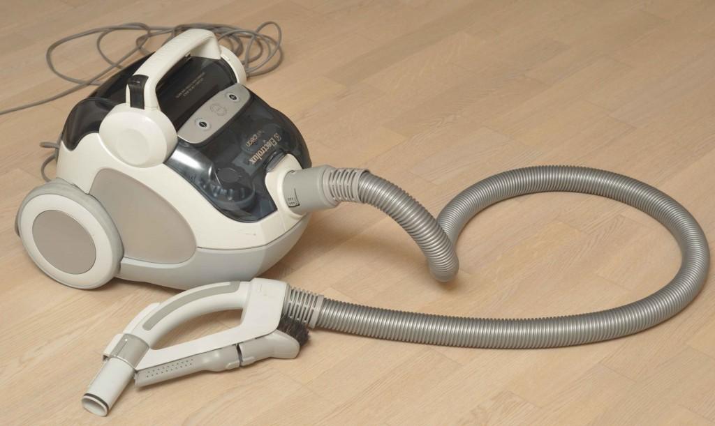 Обычный бытовой пылесос Electrolux циклонного типа и мощностью 2200 Вт.