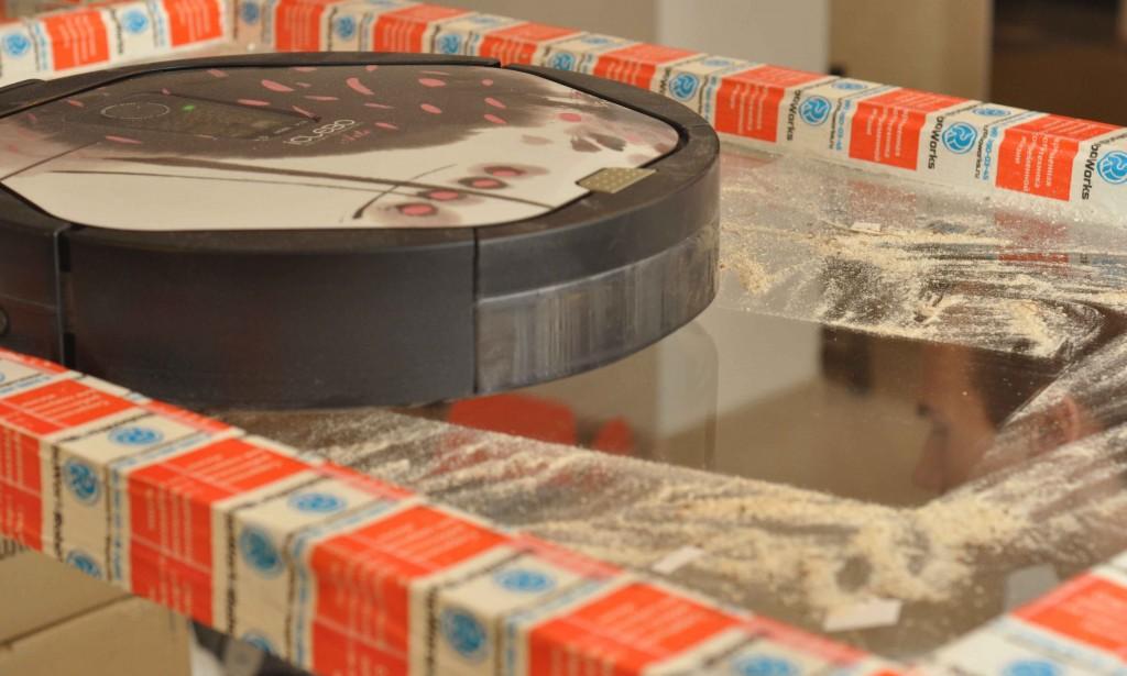 Работа Icleabo на стекле смотрится еще эффектней, чем на полу. Резиновый скребок из мягкой резины не оставляет пыли шанса.