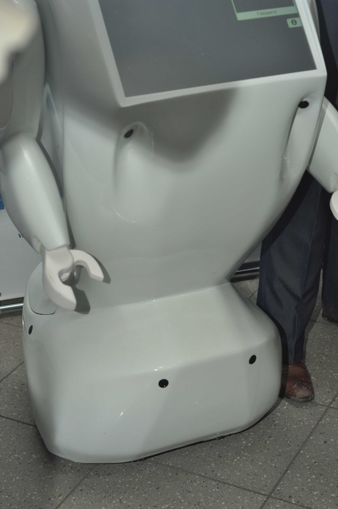 Во избежание столкновений с предметами робот оснащен 6-ю датчиками расстояния.